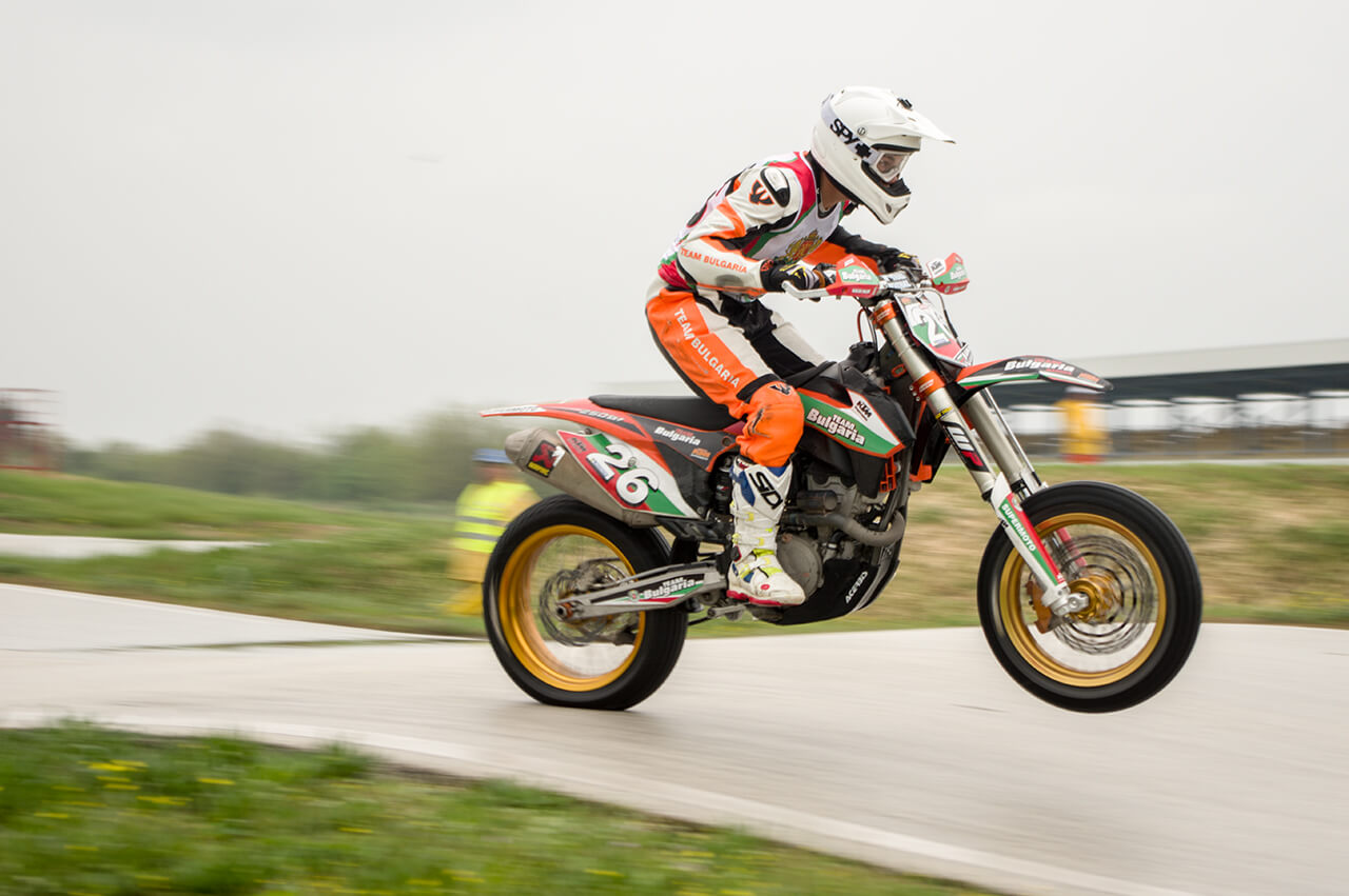 Panning image of Supermoto race: ISO-100, f/5.6, 1/250sec.