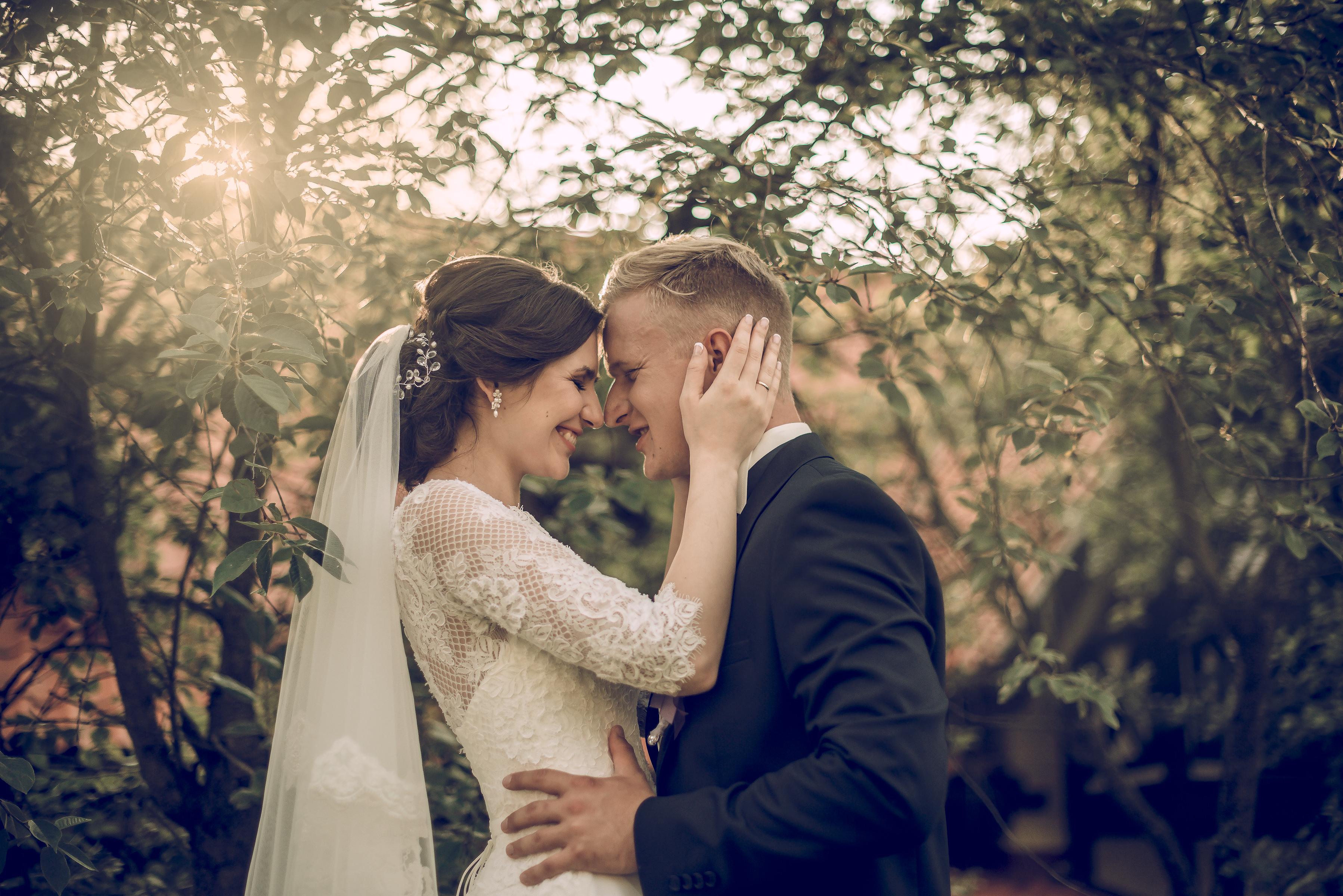 https://sleeklens.com/wp-content/uploads/2018/09/wedding-lightroom-presets-signature-bride-groom-after-5.jpg