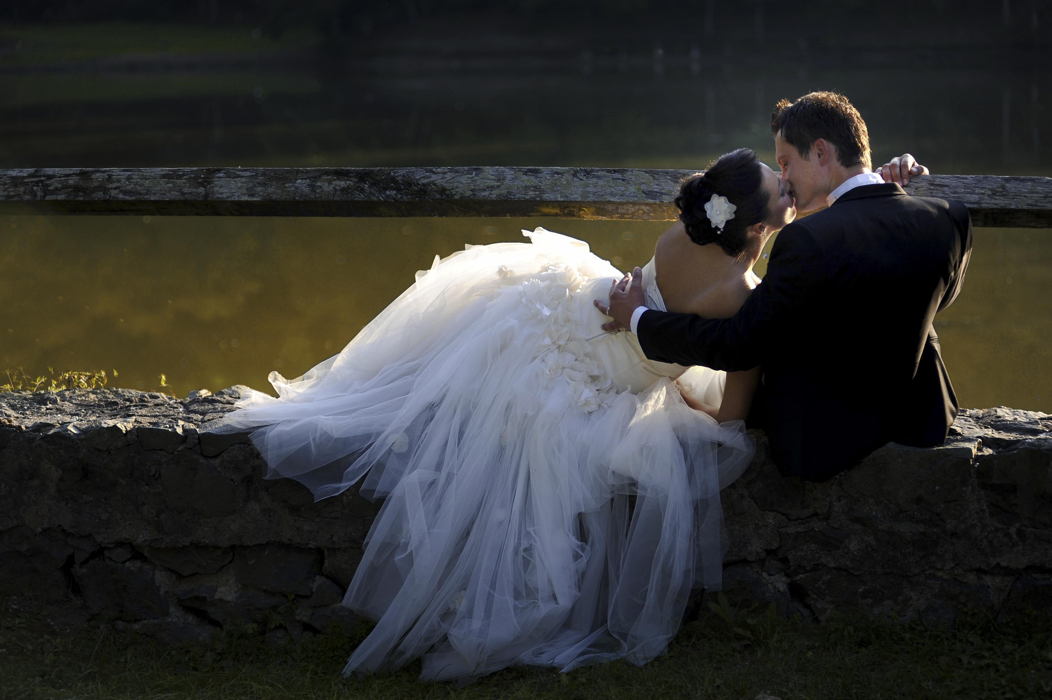 https://sleeklens.com/wp-content/uploads/2018/09/wedding-lightroom-presets-signature-bride-groom-before-3.jpg