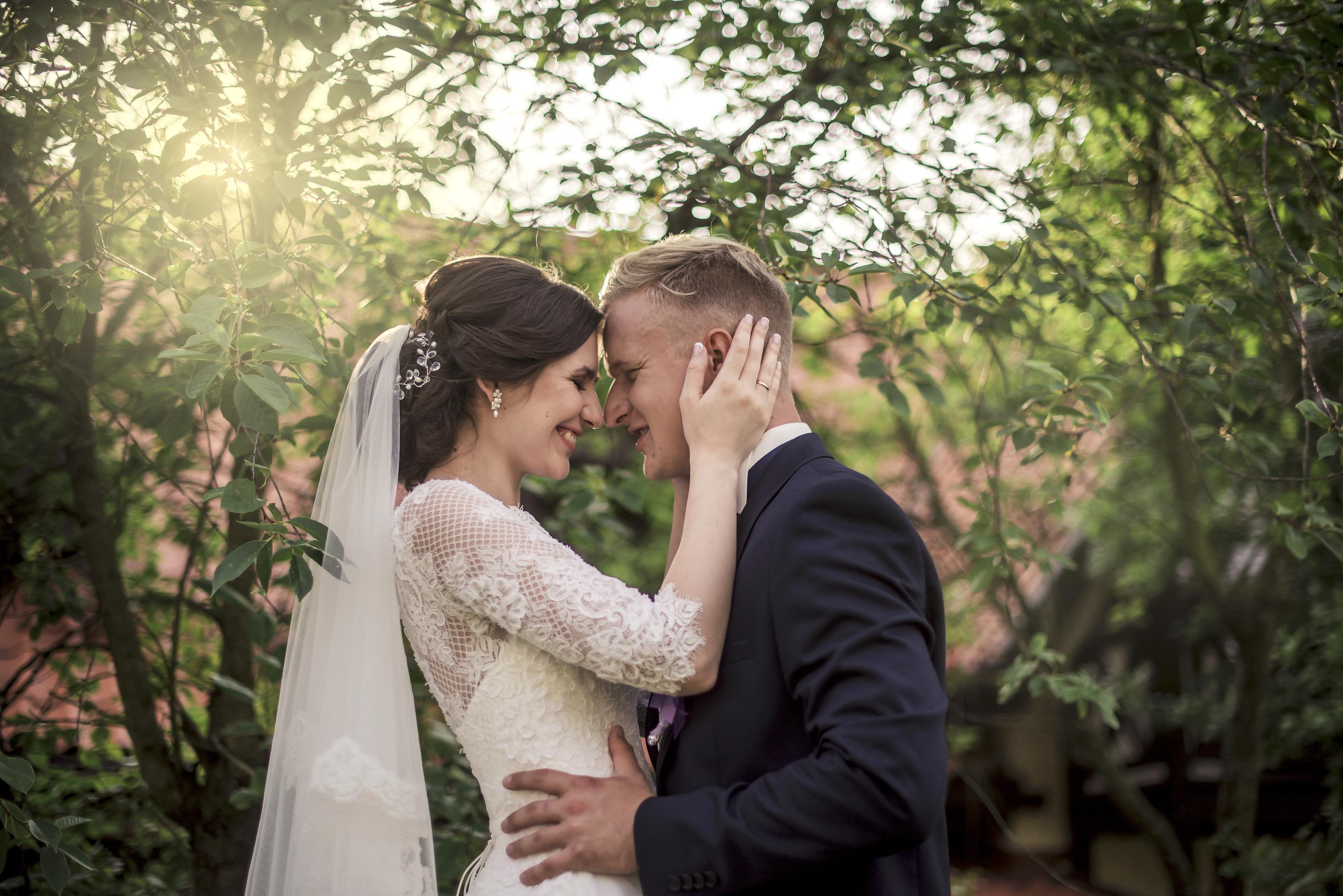 https://sleeklens.com/wp-content/uploads/2018/09/wedding-lightroom-presets-signature-bride-groom-before-5.jpg