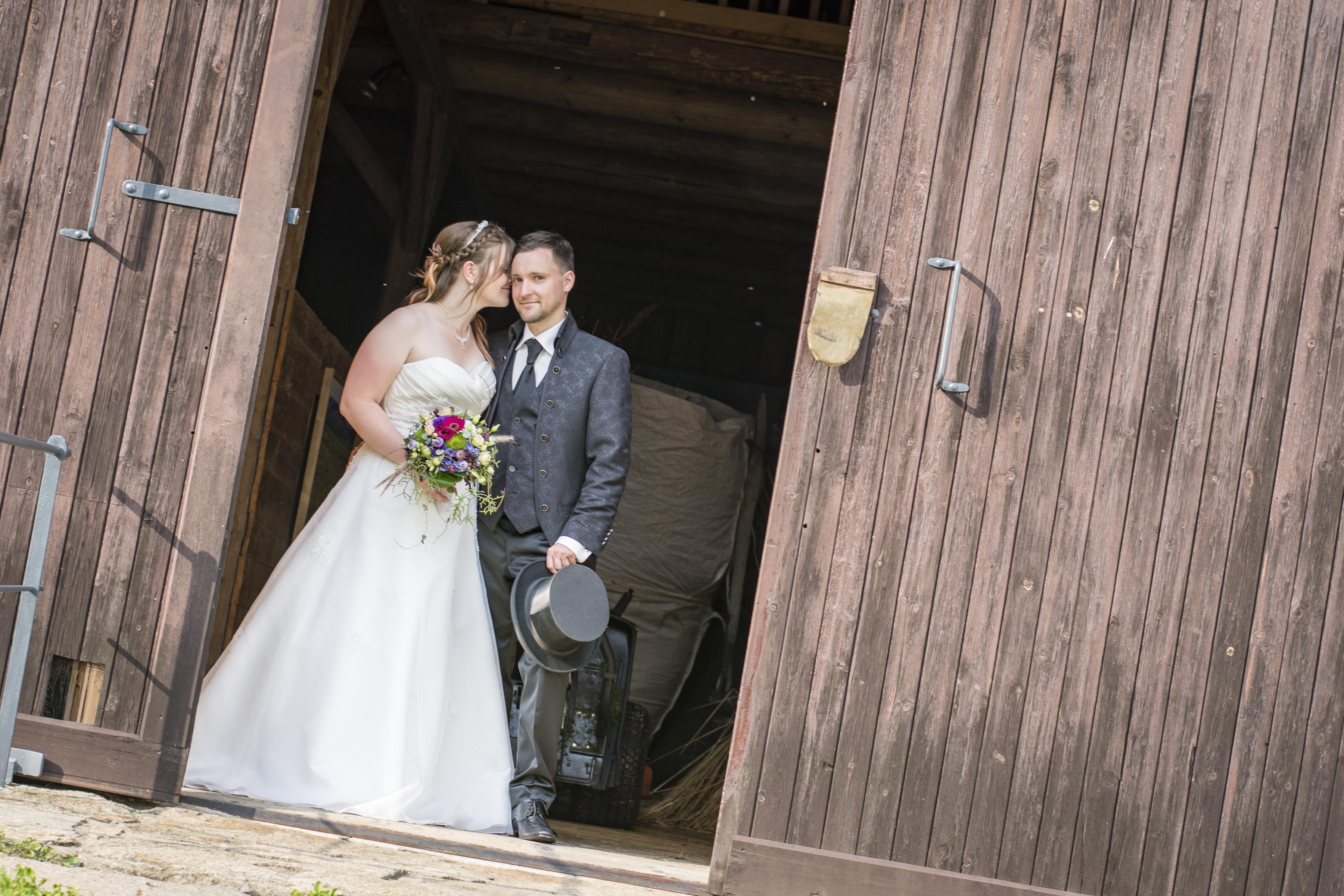 https://sleeklens.com/wp-content/uploads/2018/09/wedding-lightroom-presets-signature-bride-groom-before-6.jpg