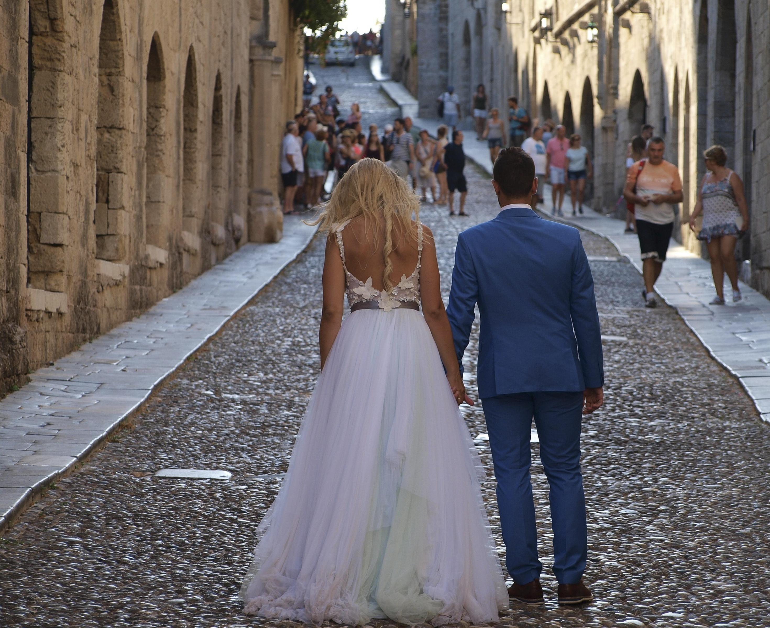 https://sleeklens.com/wp-content/uploads/2018/09/wedding-lightroom-presets-signature-bride-groom-before-7.jpg