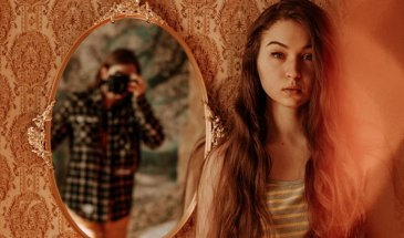 How to Take Good Mirror Selfies: 5 Creative Ideas